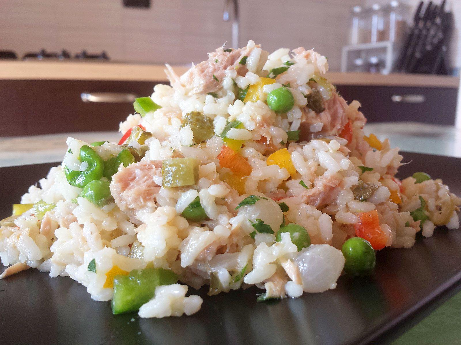 Un cult delle ricette estive è la saporita insalata di riso ma fatta in casa. La mia variante è con tonno, capperi tante verdure ed una salsa di senape. Provatela è buonissima