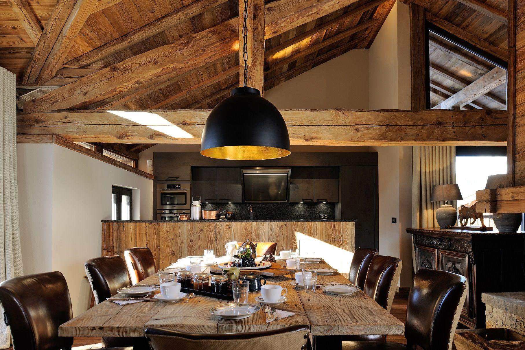 Salle à manger, vieux bois, table, chaises en cuir, cuisine ouverte ...