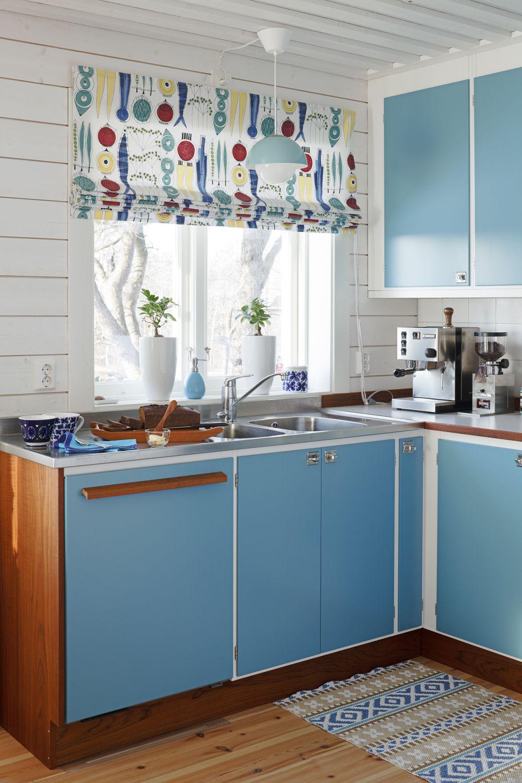 Küche ohne fensterideen blått retrokök med raka handtag i oljad teak hissgardin i