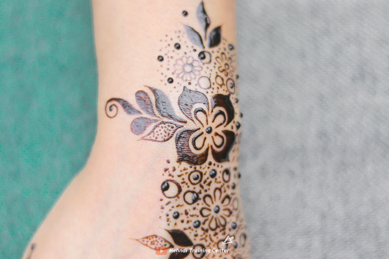 طريقة تطبيق الحناء في المنزل بسيطة تصميم حناء جميل جدا للفتيات العربيات الجميلات اجمل حناء Mehndi Designs Henna Mehndi Print Tattoos