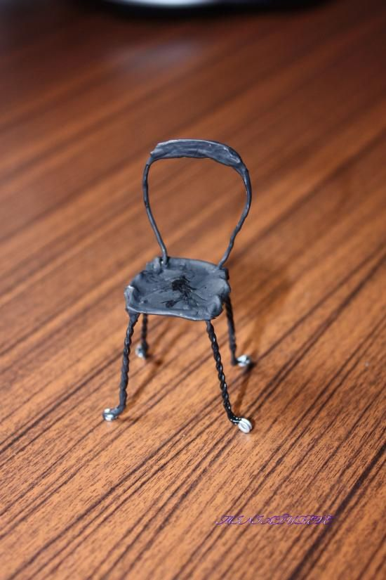 un petite chaise en fil de fer