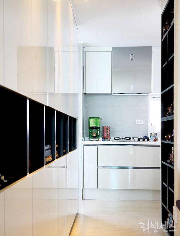 복도, 벽과 가구 사이, 가벽이 대표적인 틈새 공간  .가장 좋은 방법은 공간 크기에 딱 맞게 수납 가구를 제작.시공달앤스타일 #kitchen #storage