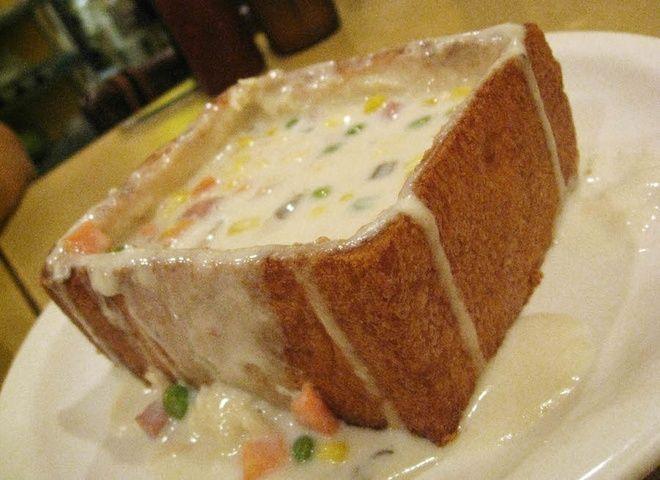 Món ăn có hình dáng giống chiếc quan tài với một lát bánh mì nướng giòn dày…
