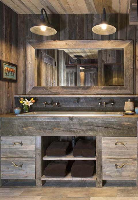 un grand miroir accroche sur un mur en bois sur un comptoir en bois un vier double salle de. Black Bedroom Furniture Sets. Home Design Ideas