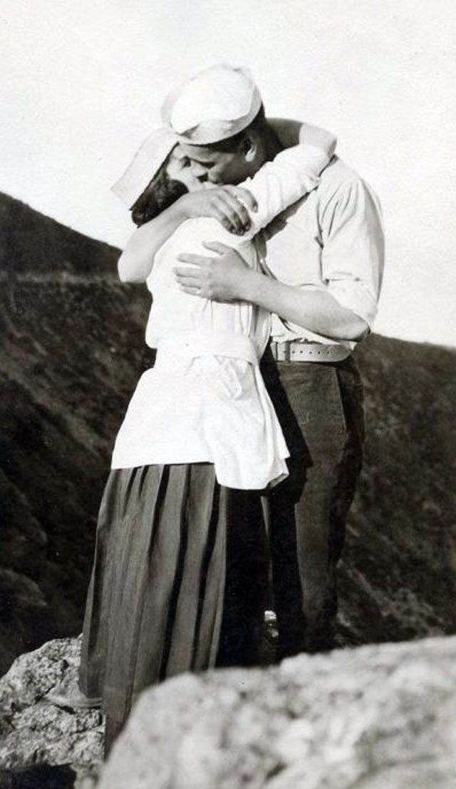 Vintage Sweet Love – 41 Romantic Snapshots of Honey Kisses from between the 1930s and '50s