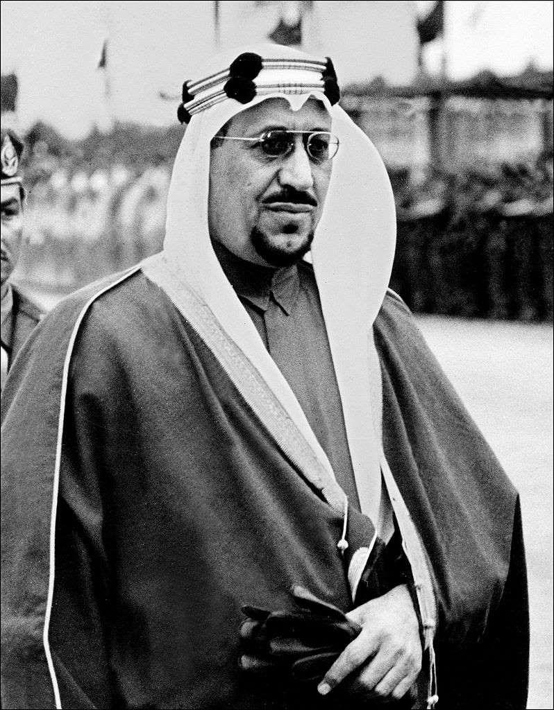 1964 الملك سعود يتنازل عن العرش لصالح ولي عهده الملك فيصل بسبب تدهور في صحته Afp Getty Images Saudi Arabia Culture Saudi Men Photo