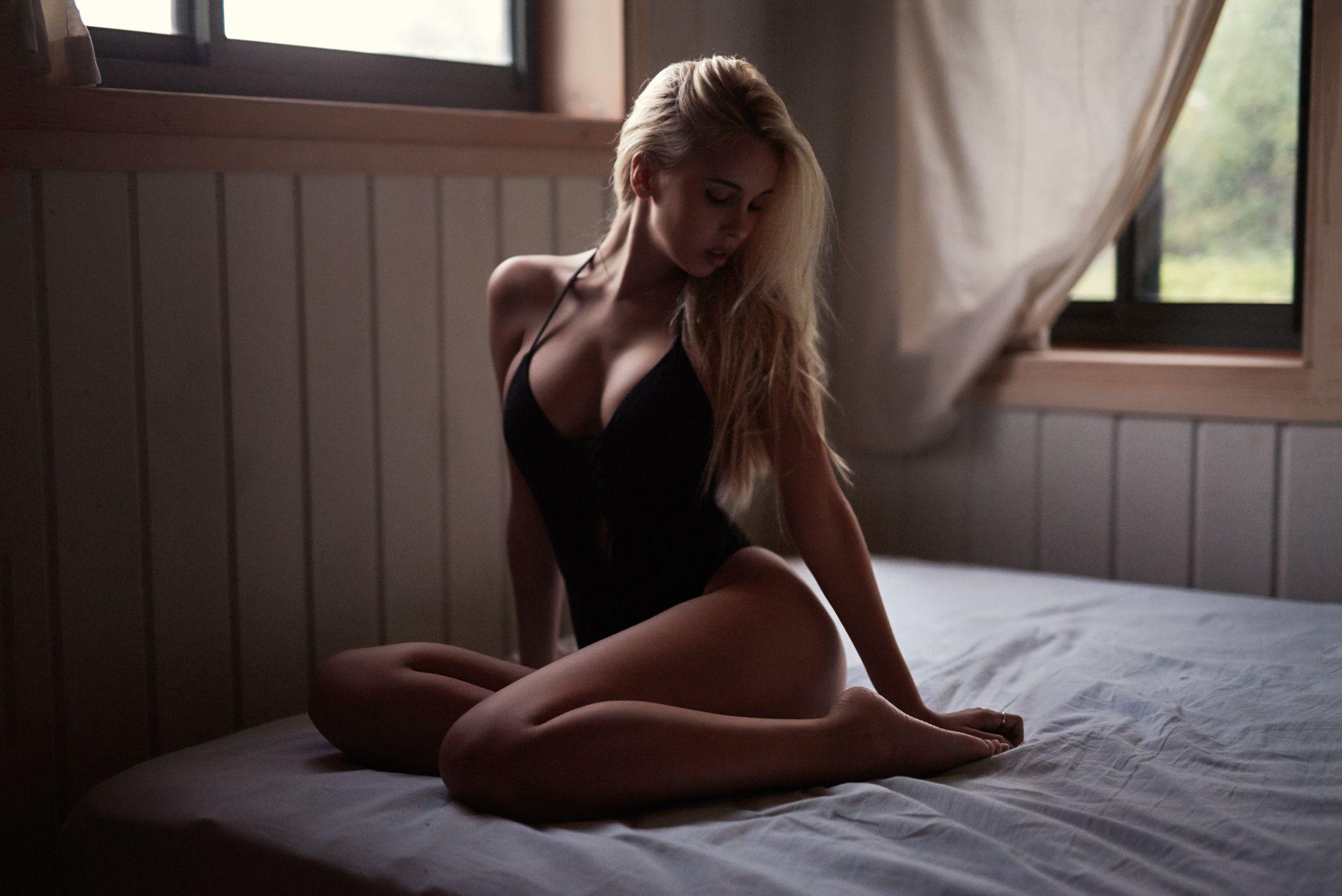 Шикарное тело на большой кровати