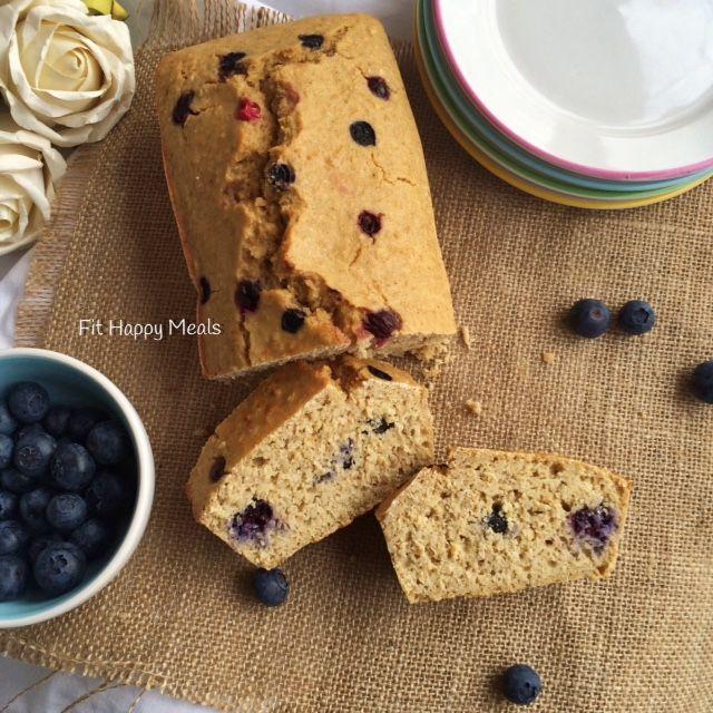 pão de mirtilo (aveia, farinha de aveia, ovo, azeite, yogurt, farinha de amendoas ou whey, limao, canela, mirtilos)