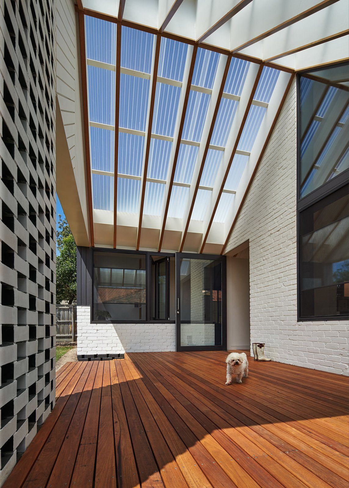 A New Hip Roof Rejuvenates A California Style Bungalow In Melbourne Gable House Roof Architecture Architecture