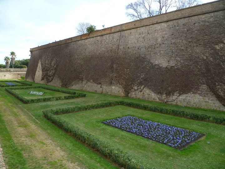 Os invitamos a pasear por el  Castillo de Montjuic.  #historia #turismo  http://www.rutasconhistoria.es/loc/castillo-de-montjuic