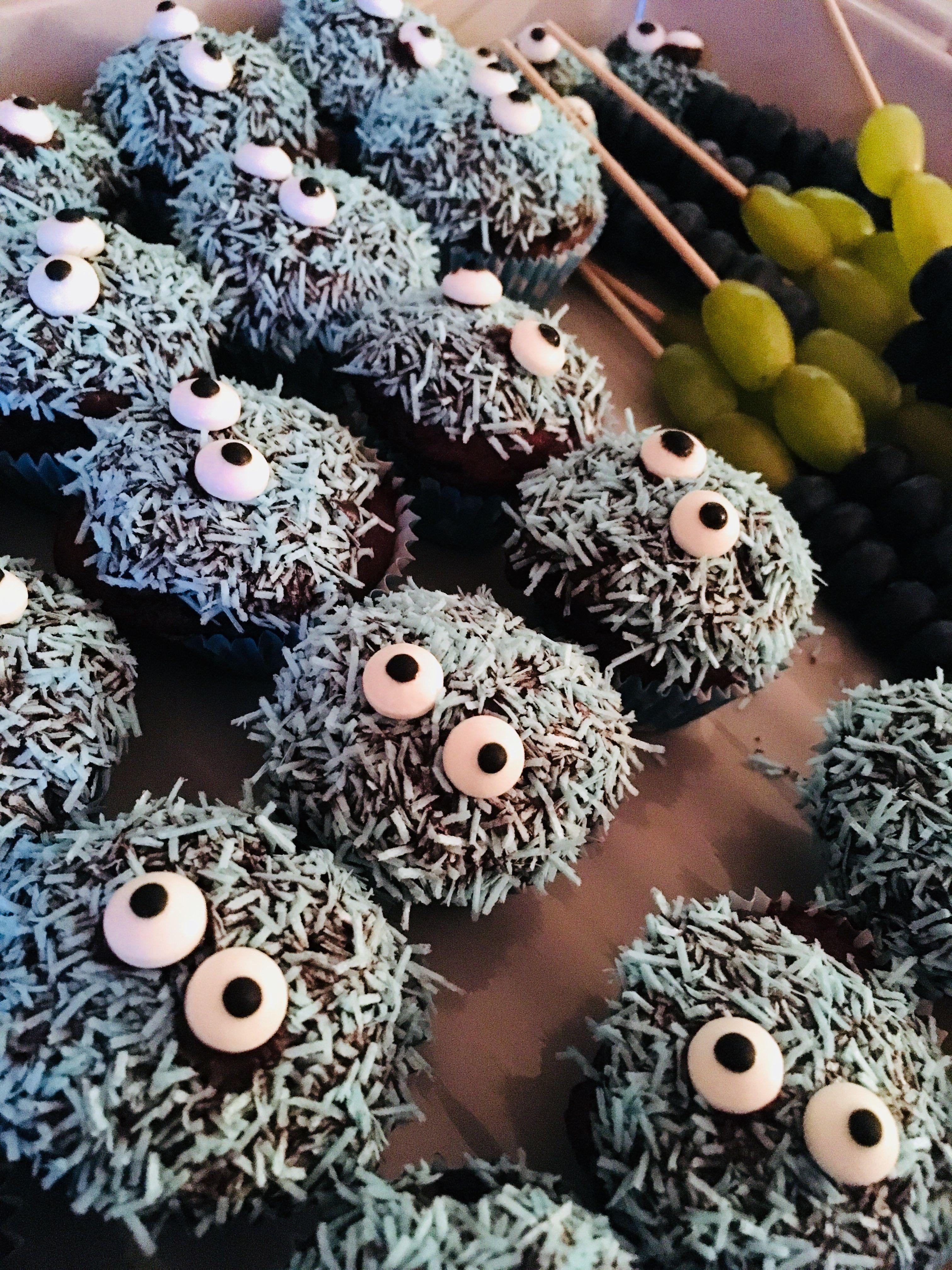 Kleine Monster Muffins Aus Einer Backmischung Von Dr Oetker Mit Banane Schokoglasur Und Blauen Espapierschnipseln Monster Muffins Schokoglasur Und Backmischung