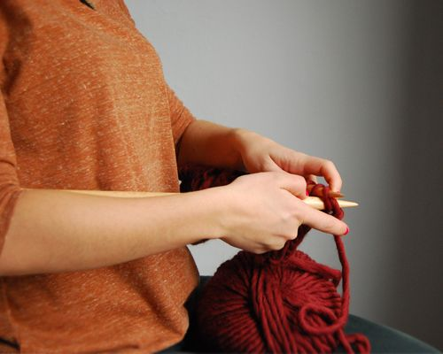 Right posture for knitting #knittingtips #knittingadvices #knitting #knittinghealth #weareknitters  http://www.weareknitters.com/en/blogwak/2014/02/28/correct/