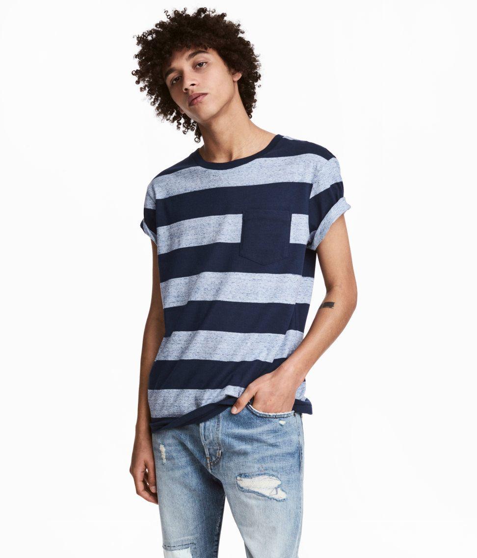 T-shirt i bomuldsjersey med tryk. T-shirten har en brystlomme og fastsyet  opsmøg på ærmerne. – Gå ind på hm.com for at se mere. 75cf6c91ddcab