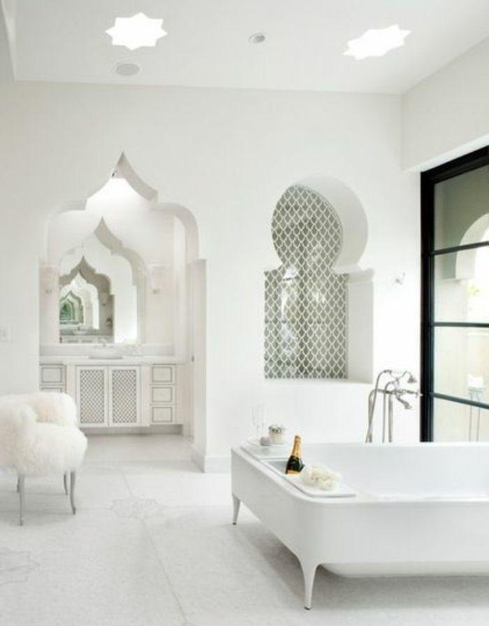 Fresh orientalische lampe im bad elegantes baddesign in wei er farbe wanddeko badewanne sessel tisch flauschig luxus pur