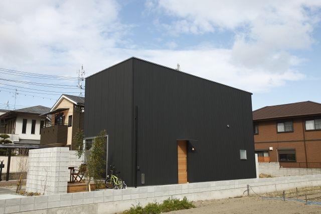 黒ガルバの外壁とシンプルな室内 ガルバ 住宅 外観 ハウス