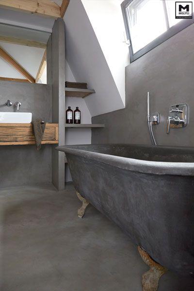 Door ons gemaakte betonlook badkamer met een super stoer oud bad op ...