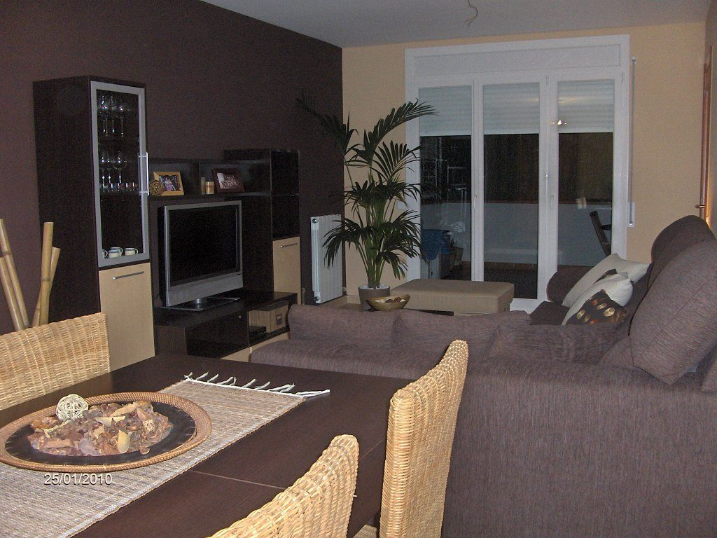 Sofa marron decoracion buscar con google puki bella for Decoracion salon comedor