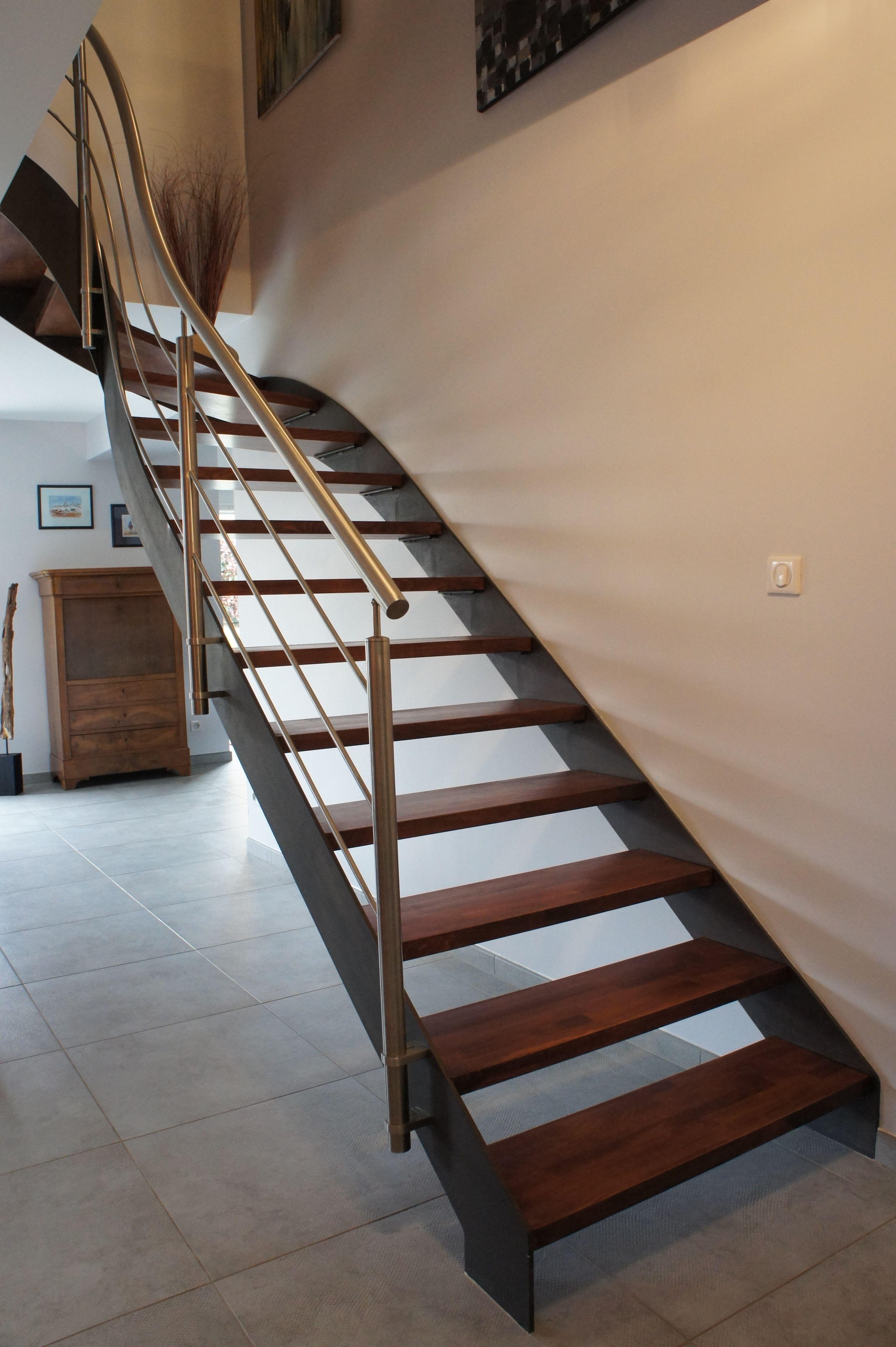 escalier avec limons lat raux la francaise peint en noir. Black Bedroom Furniture Sets. Home Design Ideas