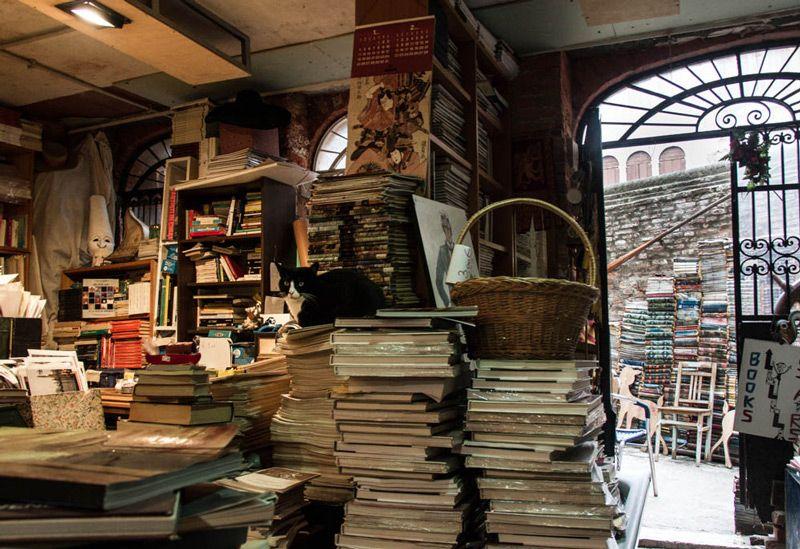 Libreria Acqua Alta Venezia Una delle librerie più incredibili - is receival a word