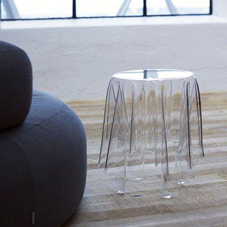 Esseyn valmistama Illusion. Pöydän on suunnitellut John Brauer. Materiaali:Akryyli