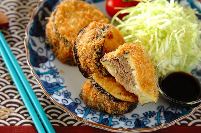 大きな米ナスを輪切りにし、合いびき肉をサンドして揚げた、食べごたえのある一品。