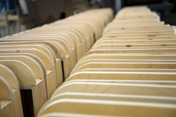 TEHDÄÄN HYVIN   HANDMADE QUALITY Työvaihe: Käsinojan valmistus   Craft: Armrest assembly Tuotantolinja: Sohvat   Production line: Sofas  #pohjanmaan #pohjanmaankaluste #käsintehty