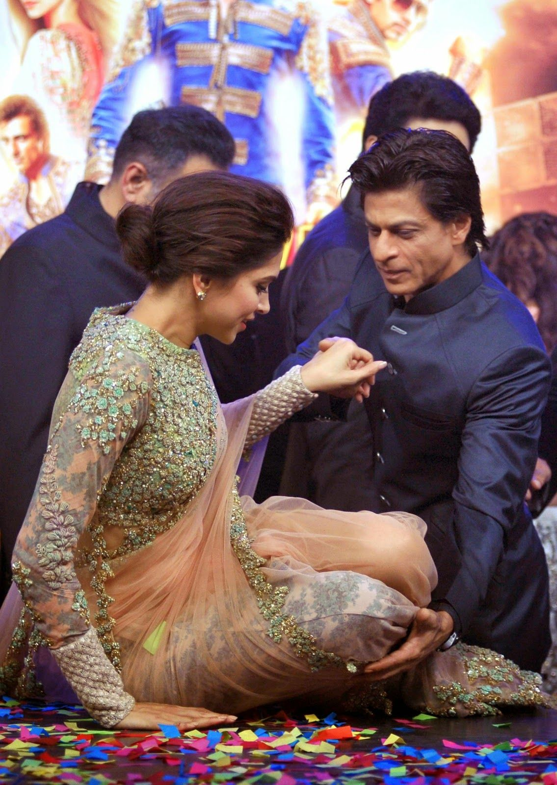 Shah Rukh always the gentleman with Deepika promote 'Happy ...