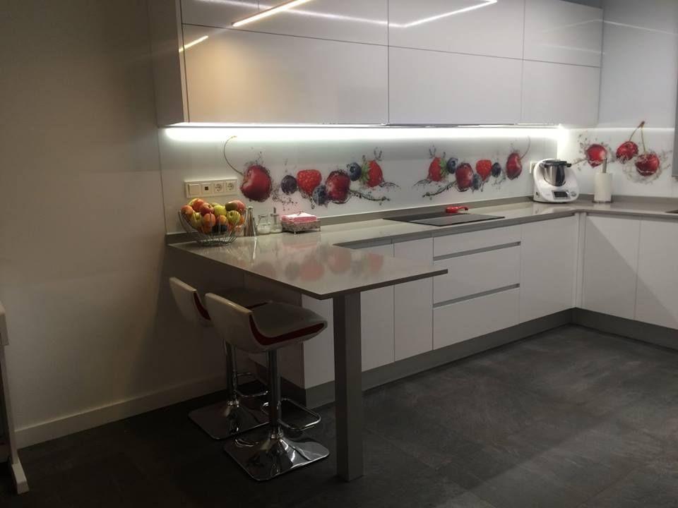 Cocina Moderna Con Barra Americana Y Entrepano De Cristal Cocinas - Cocinas-modernas-con-barra-americana