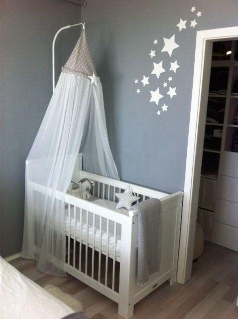 Hemeltje voor babybedje. Gemaakt van vitragegordijn en stof