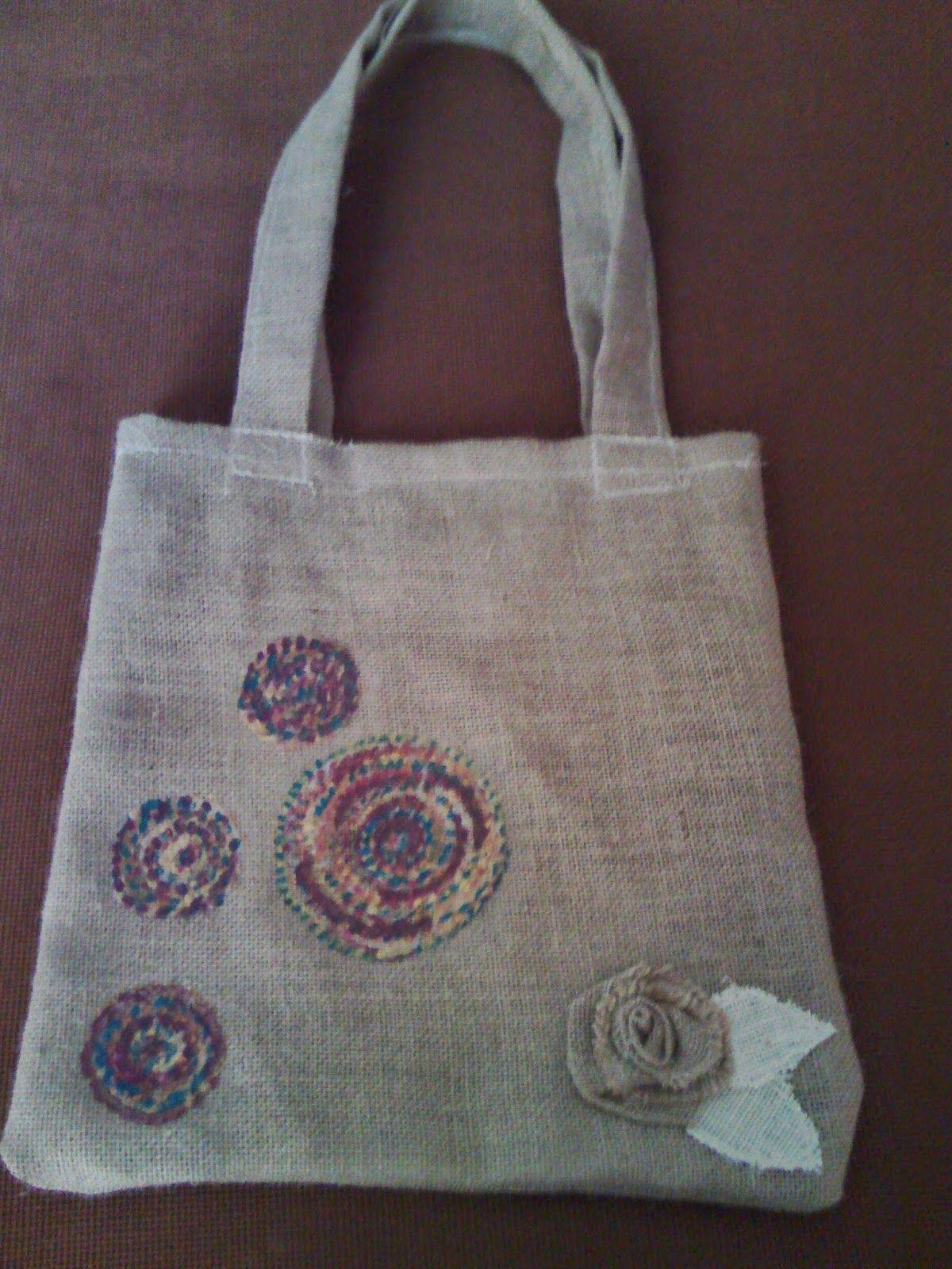 decora con rosa bolsa de arpillera