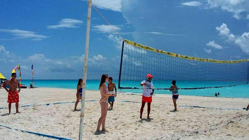 Fun activities at the Sunset Royal Beach Resort.  Divertidas actividades en el Sunset Royal Beach Resort.