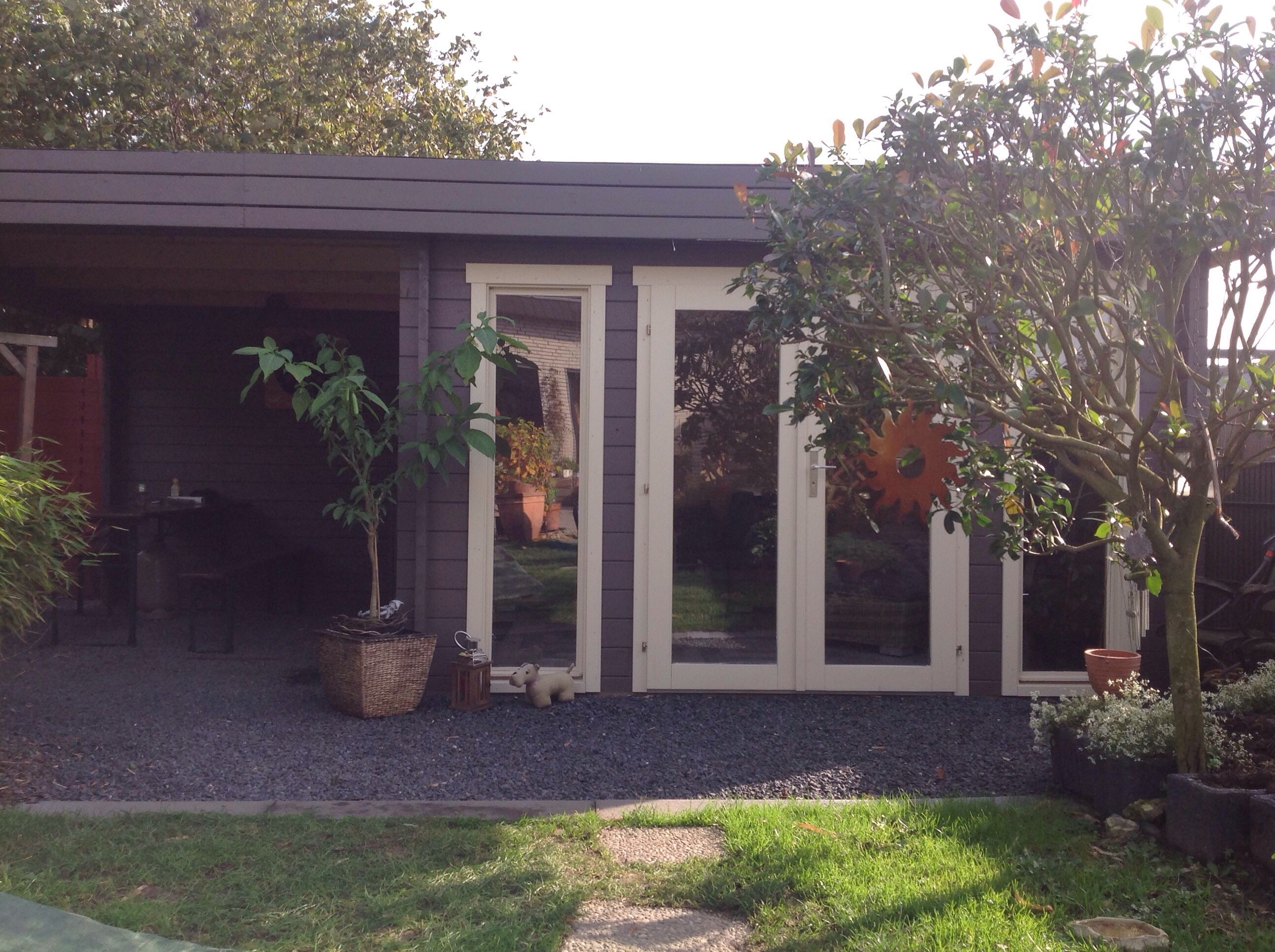 modernes flachdach gartenhaus mit kiesterrasse und berdachtem sitzbereich moderne flachdach. Black Bedroom Furniture Sets. Home Design Ideas