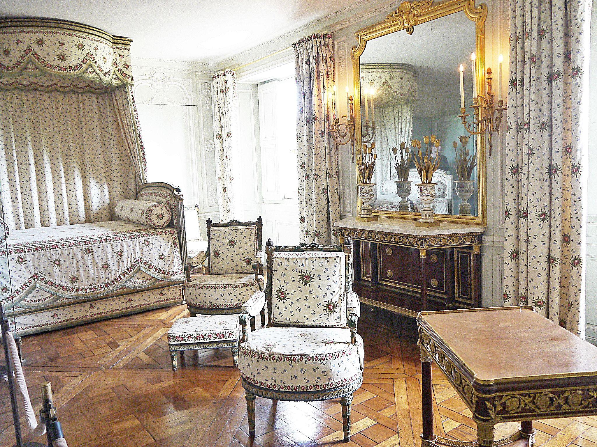 Versailles - Le Petit Trianon : la Chambre de la Reine | Chambre de la reine,  Petit trianon, Trianon