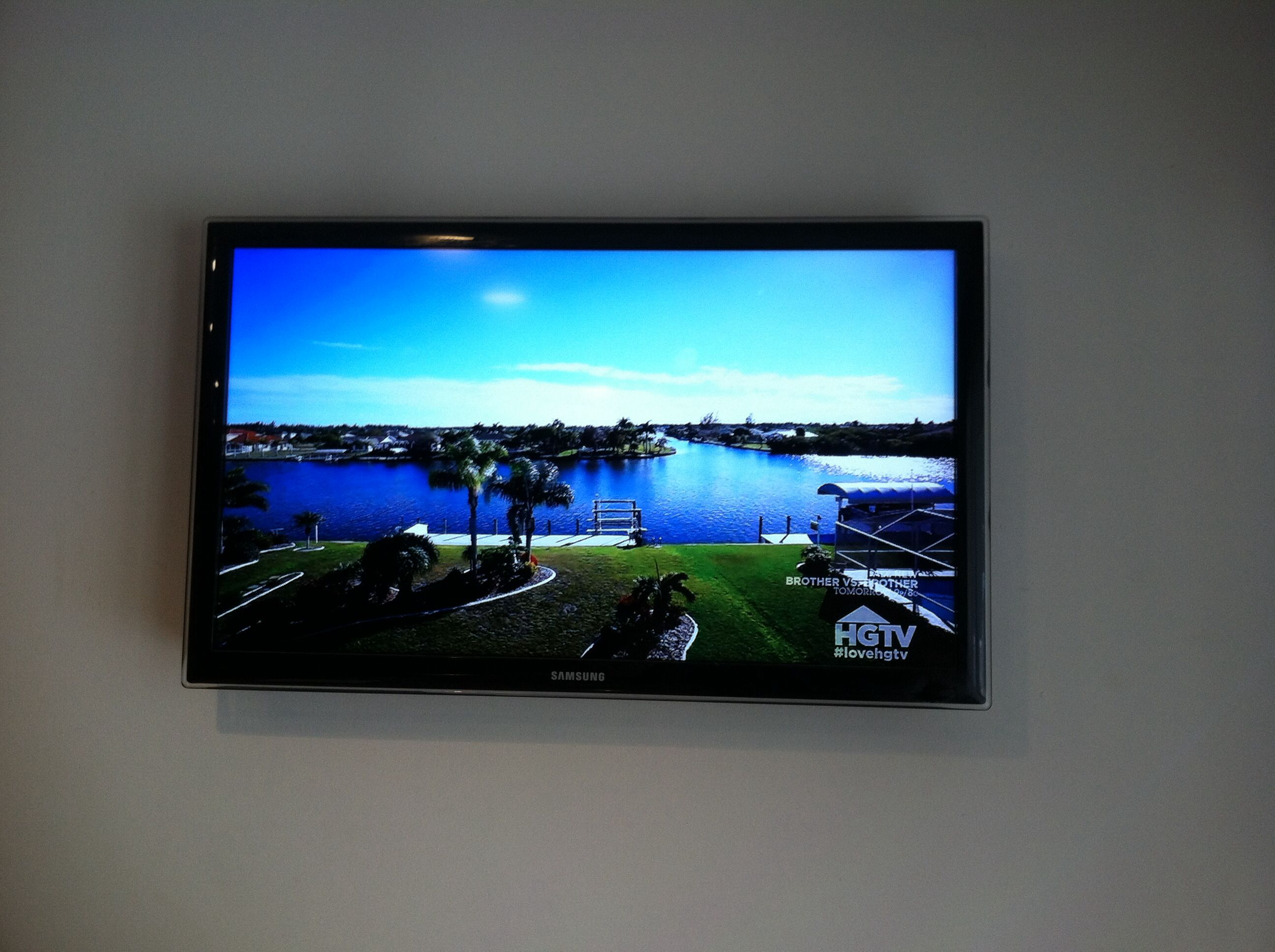 Front view of 32 samsung tv wall mounted in kitchen with for Samsung tv wall mount