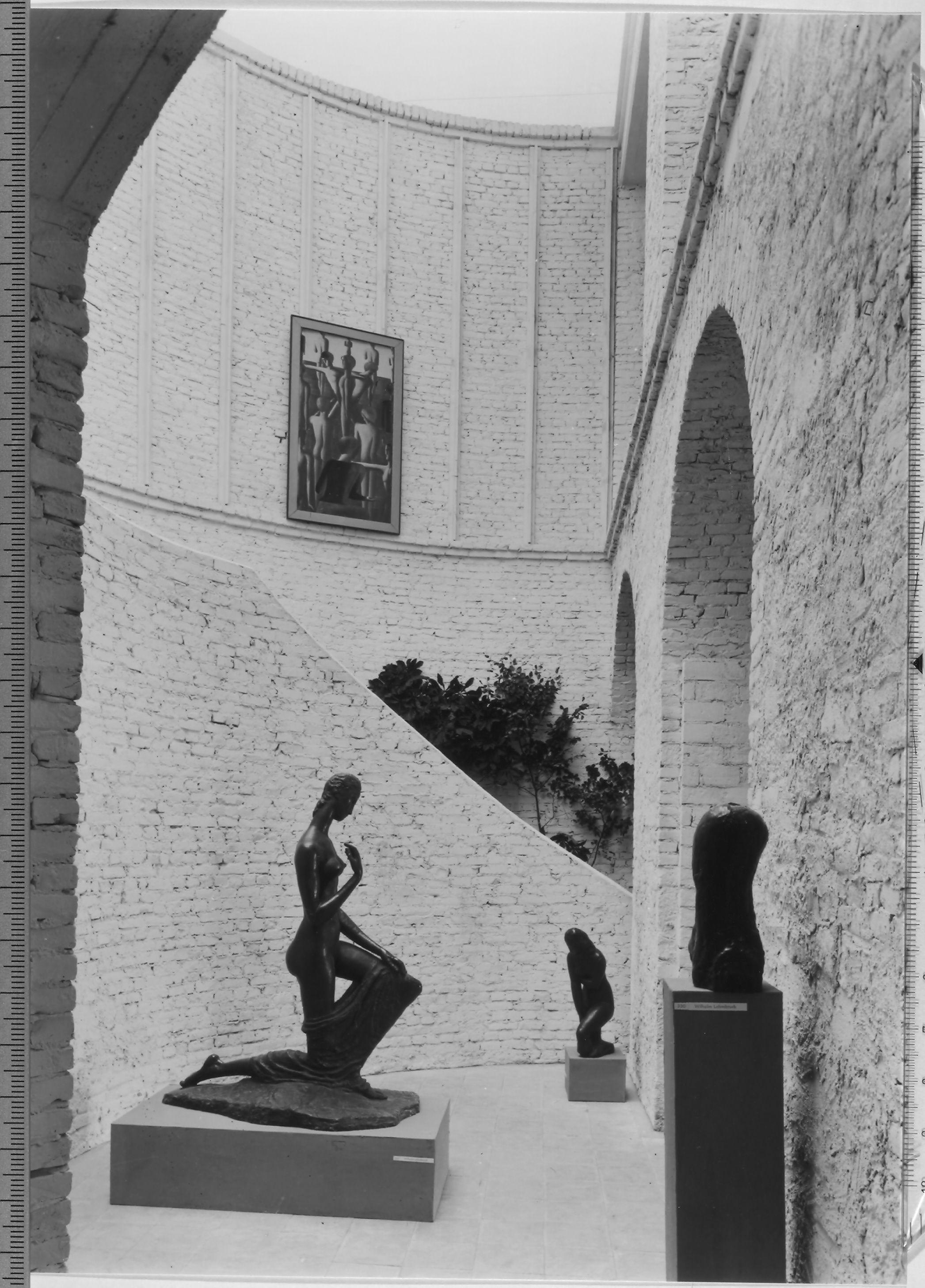 Documenta I in Kassel, 1955 midden Wilhelm Lehmbruck, Grosse Kniende, 1911