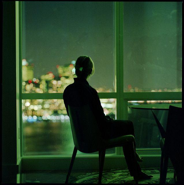 это картинка сидящий мужчина у окна обоев джесси