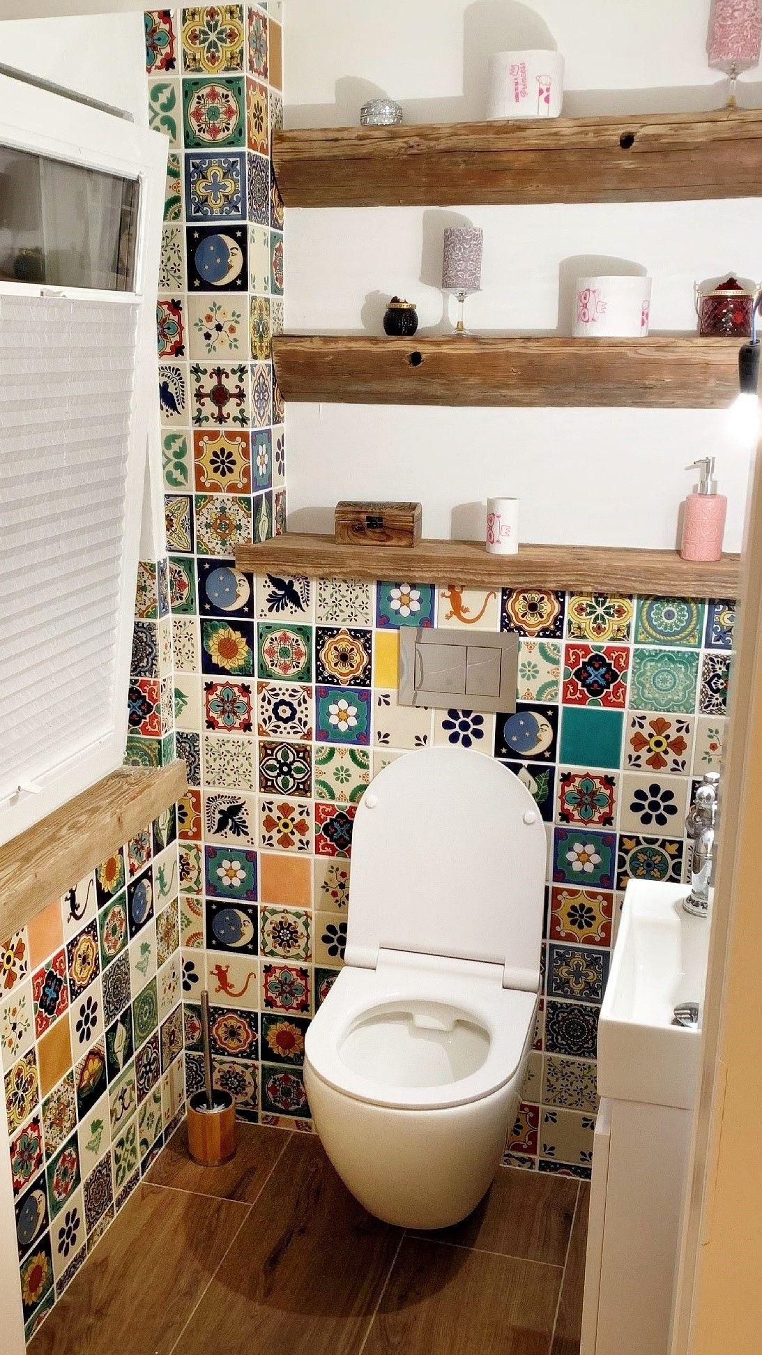 Bunte Toilette mit Mexiko-Fliesenspiegel im Patchwork-Stil