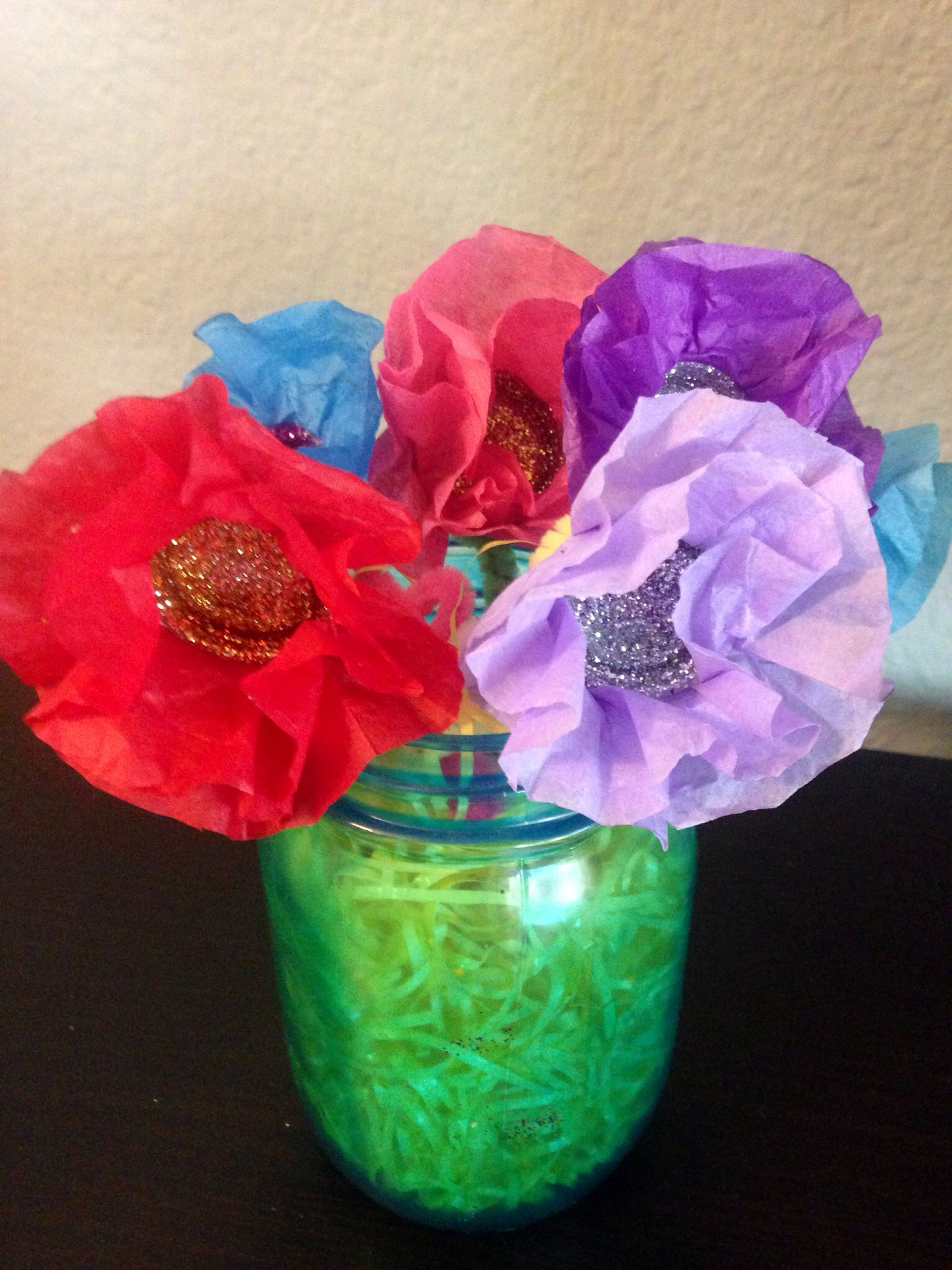 Spring craft water bottle cap flowers on a mason jar for Water bottle cap crafts