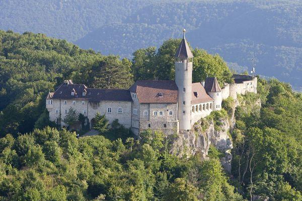 Erstmals Urkundlich Erwahnt Wird Die Burg Teck Im Jahre 1152 Archaologischen Funden Nach Konnte Sie Schon Im Letzten Viertel Burg Burgen Und Schlosser Moschee
