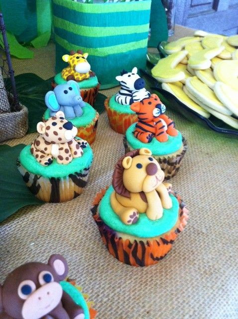 How adorable are these fondant cupcake toppers? Not sure I could get myself to eat these -- too cute!