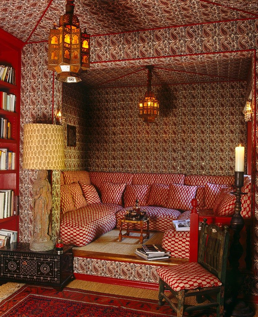 Red paisley and other patterns vie for attention in this for Decoracion arabe interiores
