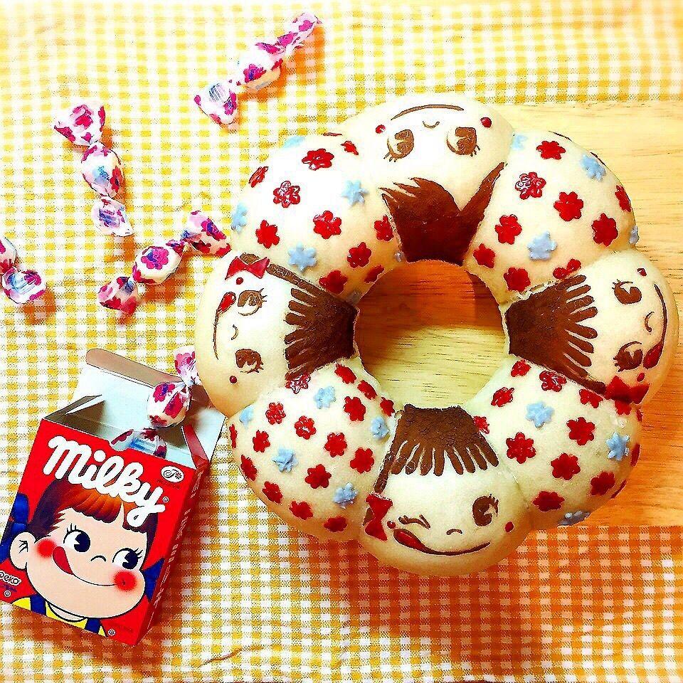 日本一簡単に家で焼けるパンレシピを参考に白パンを作り、ココアパウダーとチョコペンでデコレーションしました♡  ミルキーをイメージして生地にも牛乳を使い、砂糖多めで作りました(*゚ー゚*)