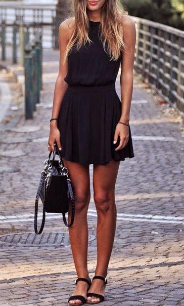 Vestido negro corto con sandalias
