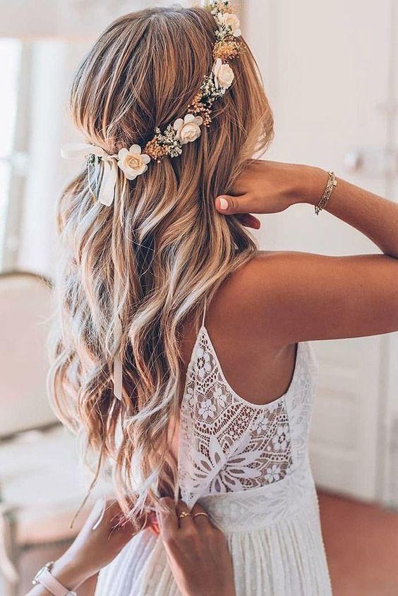 coiffure de mariage avec couronne de fleurs   cheveux