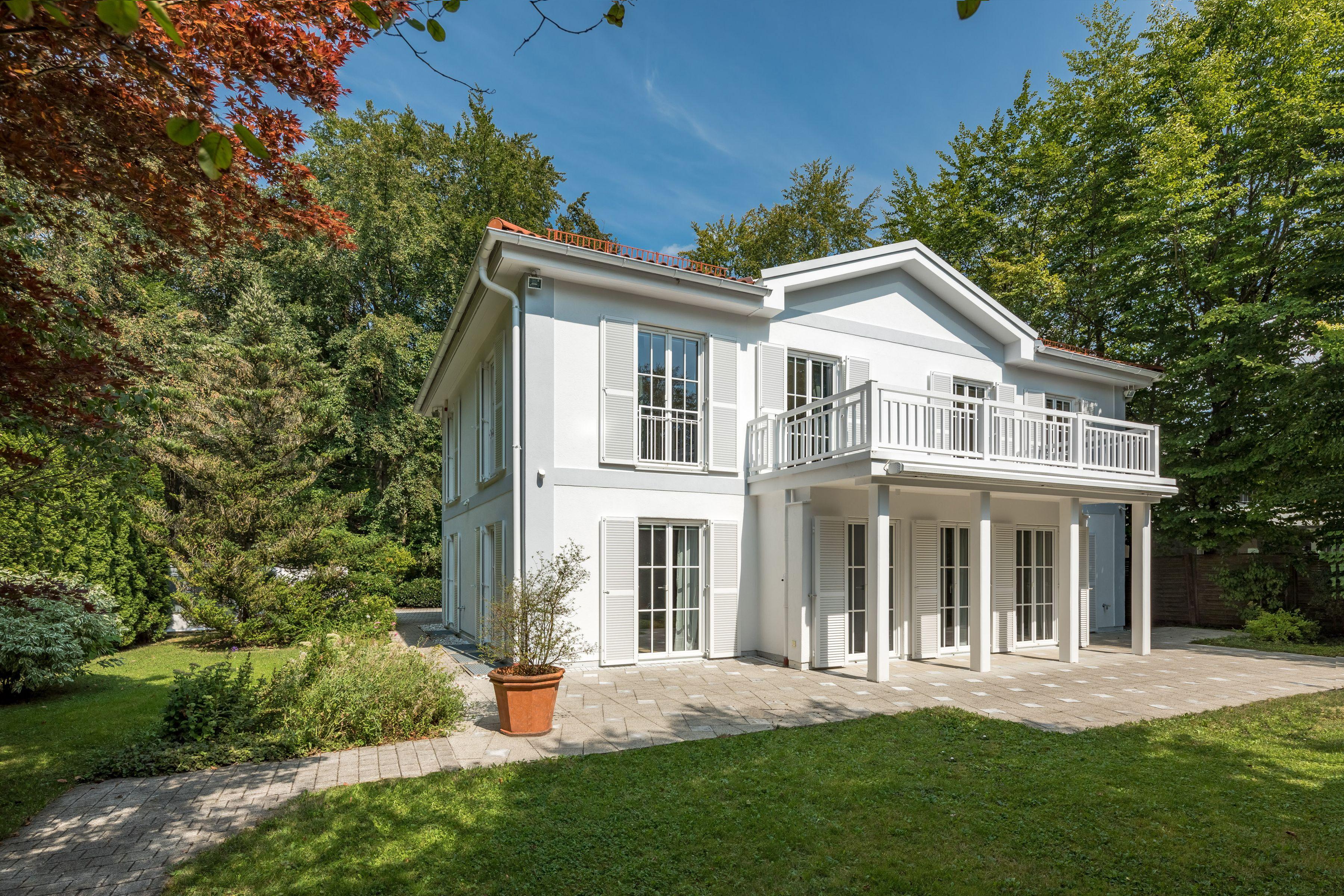 Weisse Villa Mit Weitlaufigem Garten Immobilien Immobilien Munchen Wohnarchitektur
