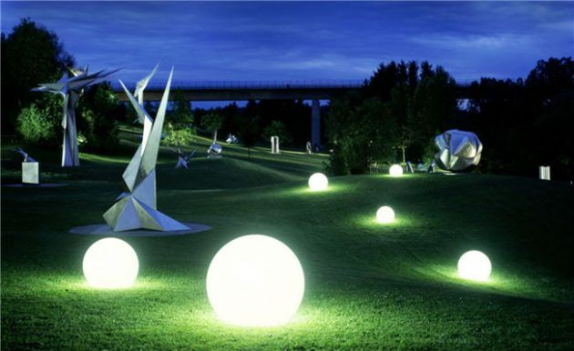 17 Engrossing Exterior Lighting Designs That Are Nothing Else But Perfect S Izobrazheniyami Sadovye Shary Landshaftnoe Osveshenie Na Otkrytom Vozduhe