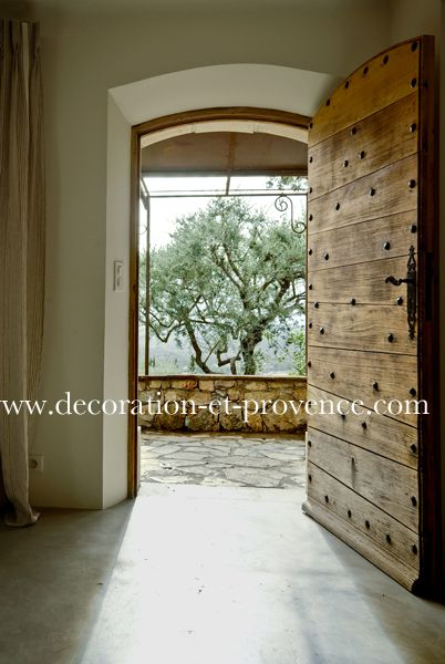 porte ancienne en bois ouvrant sur le jardin arbre. Black Bedroom Furniture Sets. Home Design Ideas
