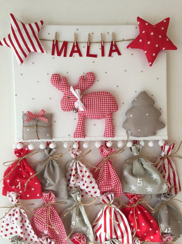 Individueller Adventskalender mit Wunschname:  Fröhliches 3D-Weihnachtsbild mit Elchmotiv in traditionellen, weihnachtlichen Farben sowie einer Wäscheleine, an der der Name des Kindes...