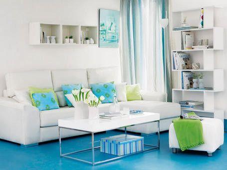Sofá blanca con cojines azules y verdes