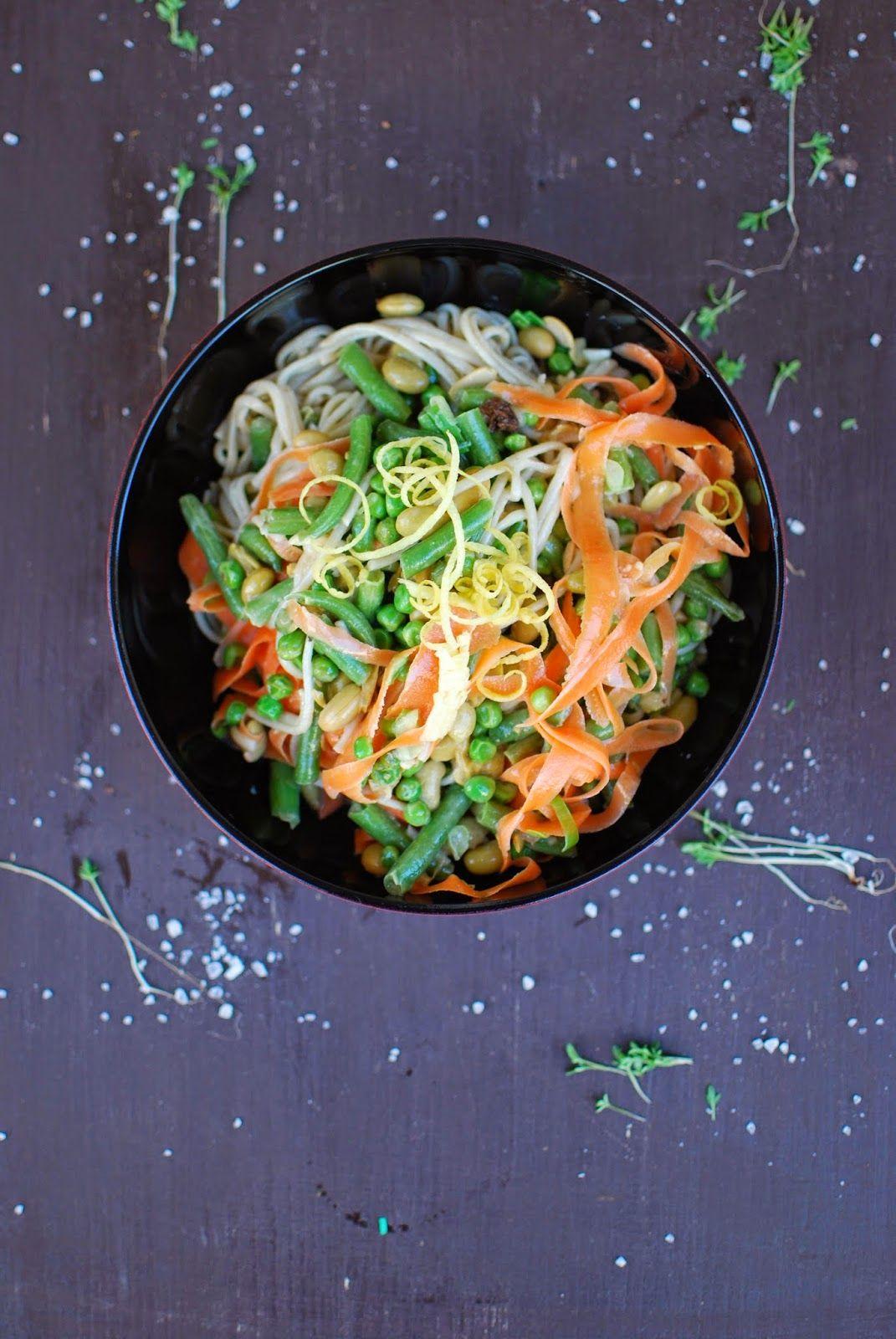 Nudelsalat ist perfekt für den Sommer, vor allem wenn man ihn aus Nudeln macht, die nur wenige Minuten kochen müssen: sobanudel-salat mit allerlei grün und etwas orange.